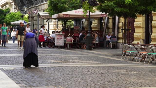 vídeos de stock e filmes b-roll de old beggar woman in budapest zrínyi utca - hungria