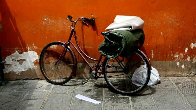 vecchia bicicletta da una parete in italia arancione - vicolo video stock e b–roll