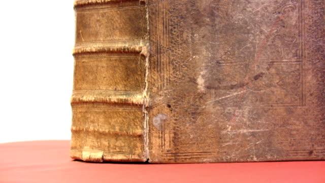vídeos de stock e filmes b-roll de hd: livro antigo - capa de livro