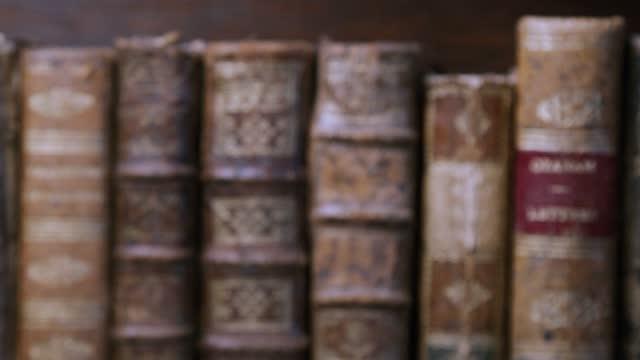 vídeos de stock e filmes b-roll de old books - capa de livro