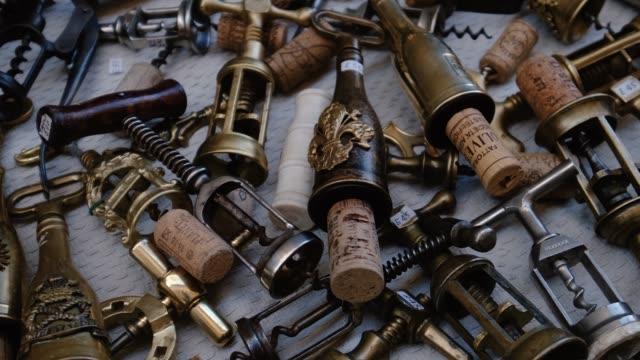 イタリアのフリーマーケットでの古いボトルオープナーの詳細 - ボトルオープナー点の映像素材/bロール