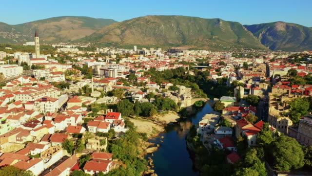 モスタルの空中古い橋とモスク - ボスニア・ヘルツェゴビナ点の映像素材/bロール
