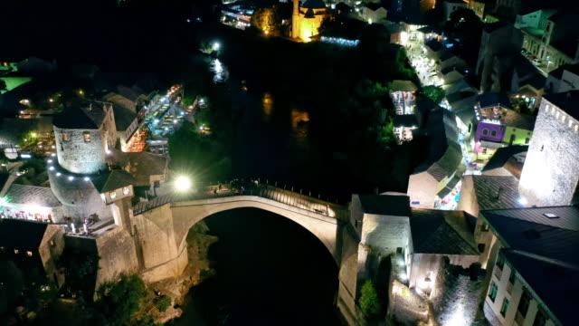 晚上在莫斯塔爾的舊橋 - 波斯尼亞 赫塞哥維納 個影片檔及 b 捲影像