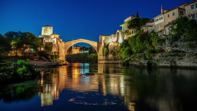 從黃昏到夜晚,莫斯塔爾的舊橋 - 波斯尼亞 赫塞哥維納 個影片檔及 b 捲影像