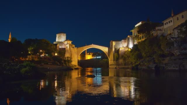 瓦老橋在莫斯塔爾的內雷特瓦河上 - 波斯尼亞 赫塞哥維納 個影片檔及 b 捲影像