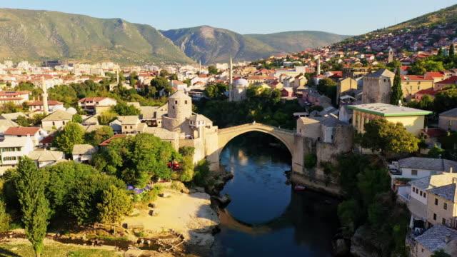 モスタルのネレトヴァ川に架かる空中古い橋 - ボスニア・ヘルツェゴビナ点の映像素材/bロール