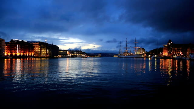 old bryggen harbour in bergen, norway - establishing shot点の映像素材/bロール