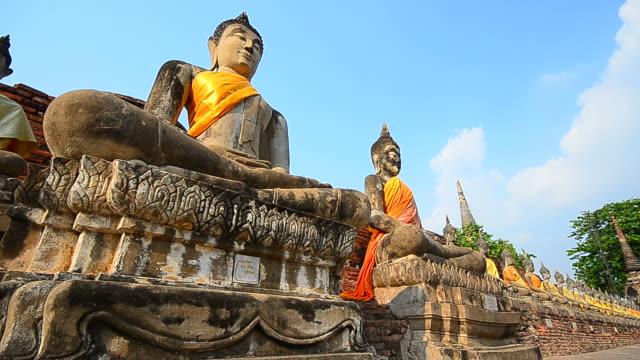 Old estatuas de Buda en el parque histórico, en Ayuthaya en Tailandia