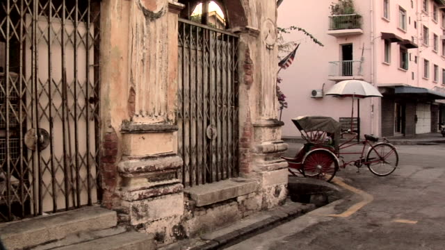 ws pan zi old buildings and street scene of lebuh arimenia / george town, penang, malaysia - penang stock videos and b-roll footage
