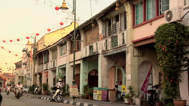 ws old buildings and street scene of lebuh arimenia / george town, penang, malaysia - penang stock videos and b-roll footage