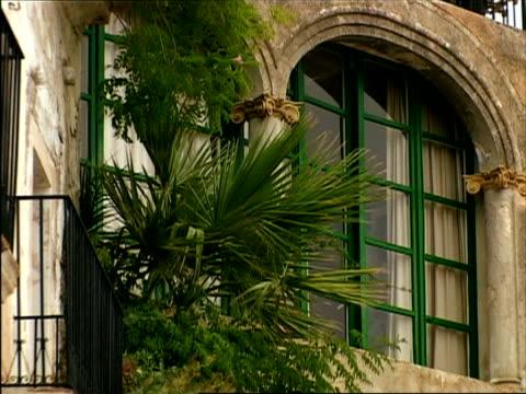 vidéos et rushes de cu, zo, ms, old buildings at narrow street, ibiza, spain - plaque de montage fixe