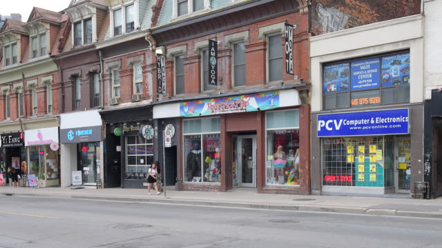 old buildings in yonge street, toronto, canada - luogo d'interesse locale video stock e b–roll