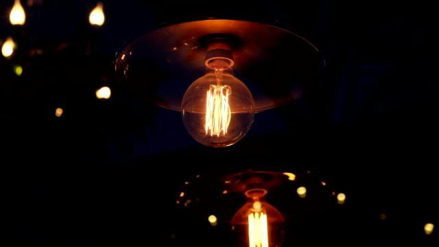 vídeos de stock, filmes e b-roll de lâmpada velha na escuridão - filamento