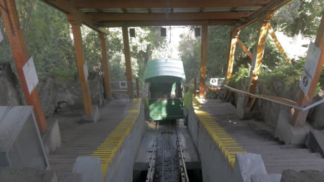 stockvideo's en b-roll-footage met old cable car from cerro san cristobal going down - kabelwagen