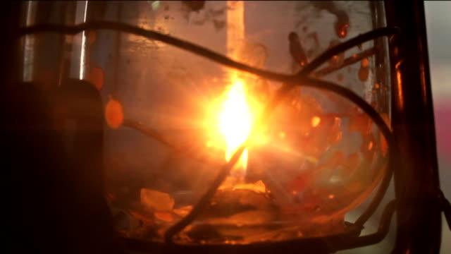 vidéos et rushes de bougie ancienne lanterne flashing - kérosène