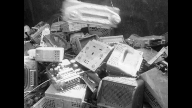 vidéos et rushes de ms old car radio thrown onto scrap radio pile; 1994 - obsolète