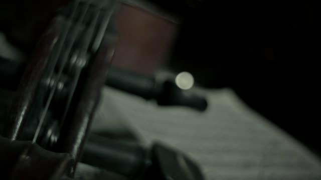 光線に照らされた屋根裏部屋で古いチェロ - light beam点の映像素材/bロール