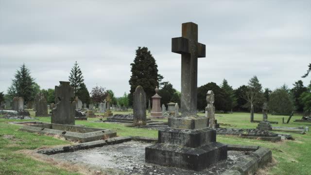 ws pan old cemetery / bradford on avon, wiltshire, uk - grabstein stock-videos und b-roll-filmmaterial
