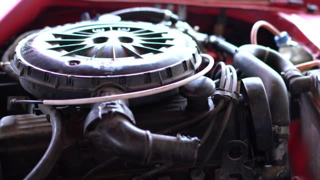 vídeos de stock, filmes e b-roll de motor de chevrolet antigo - motor