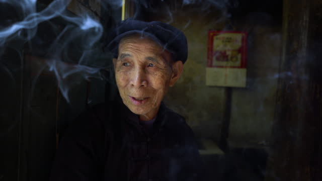 vídeos de stock e filmes b-roll de old chinese man smoking - cultura chinesa