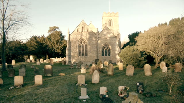 vídeos de stock e filmes b-roll de old church in england - cemitério