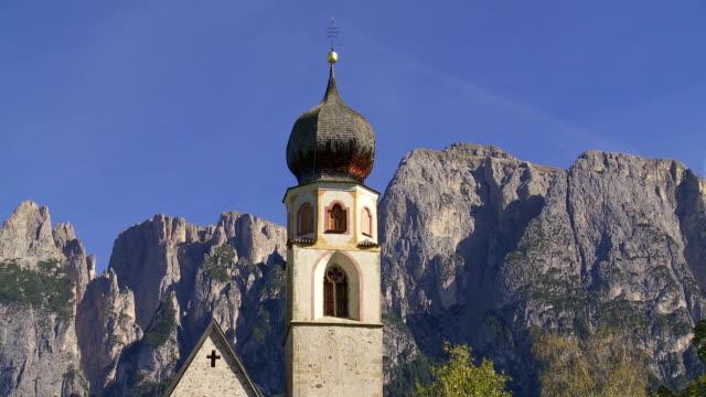 vídeos y material grabado en eventos de stock de antigua iglesia frente de la montaña pan de los alpes - chapitel