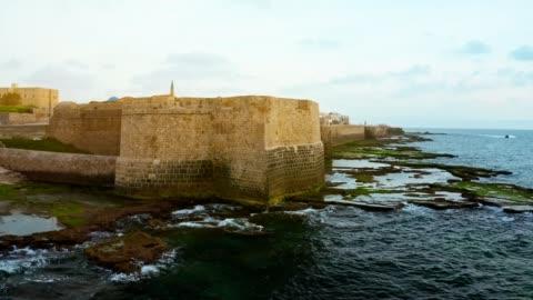 stockvideo's en b-roll-footage met oude stads acre vesting op de steen kust van zee - israël