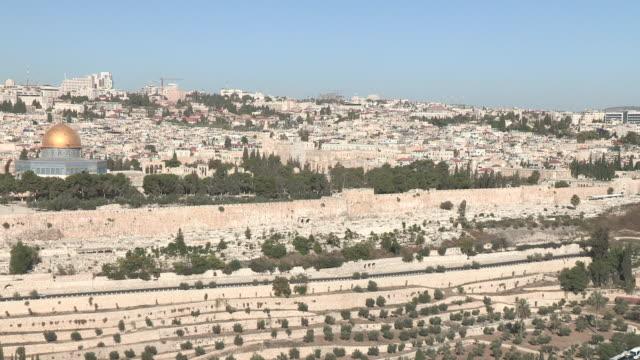 vídeos de stock, filmes e b-roll de old city from a hill, jerusalem, israel - jerusalém
