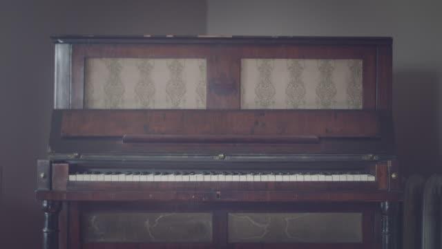 altes klassisches klavier hautnah - antiquität stock-videos und b-roll-filmmaterial