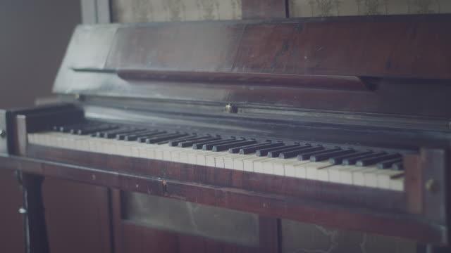 古い古典的なピアノ、キーボードのクローズ アップ - ピアノ点の映像素材/bロール
