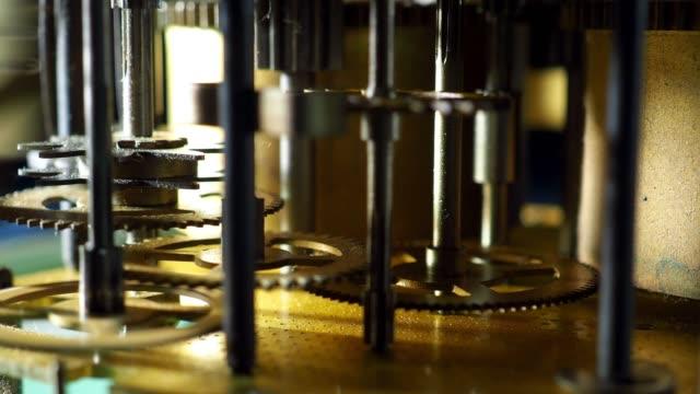 vídeos de stock e filmes b-roll de old clock gear - dente de engrenagem