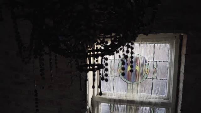 vídeos y material grabado en eventos de stock de old dirty chandelier hangs in front of window in abandoned mansion - ausencia