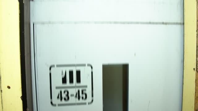 alten aufzug nach unten verschieben - fahrstuhlperspektive stock-videos und b-roll-filmmaterial