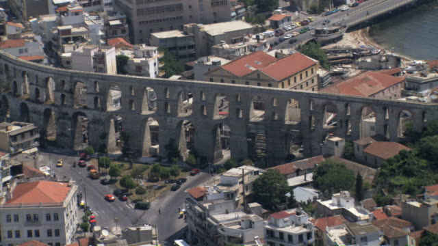 vidéos et rushes de ws aerial old equaduct in middle if kavala town / kavala, thrace, greece - culture grecque