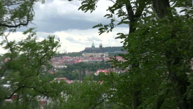 vídeos de stock, filmes e b-roll de (hd1080i) velha europa: o castelo de praga, zoom - hradcany castle