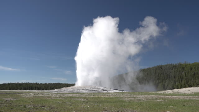 old faithful geysir - yellowstone nationalpark stock-videos und b-roll-filmmaterial