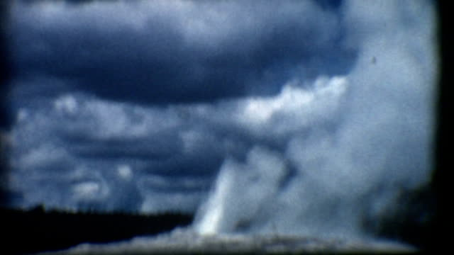 stockvideo's en b-roll-footage met old faithful geyser yellowstone 1950's - old faithful geiser