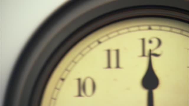 t/l, ecu, td, old fashion wall clock - 極端なクローズアップ点の映像素材/bロール
