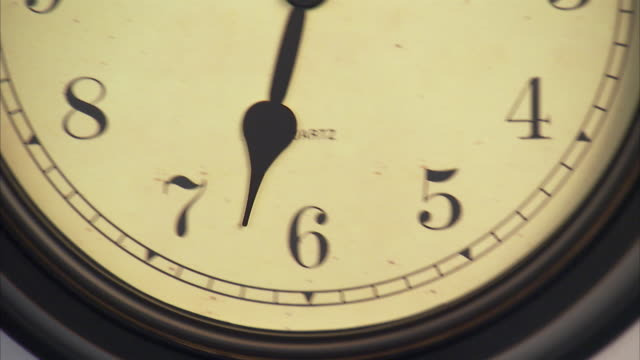 t/l, ecu, tu, old fashion wall clock - 極端なクローズアップ点の映像素材/bロール