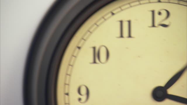 t/l, ecu, td, old fashion wall clock - 永久運動点の映像素材/bロール