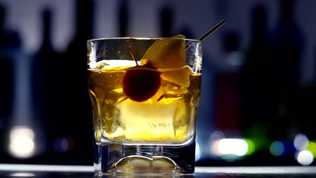 vídeos de stock, filmes e b-roll de moda-cocktail velho - barril