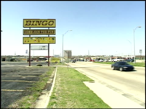 vídeos y material grabado en eventos de stock de old fashioned bingo sign by texas highway in arlington - arlington