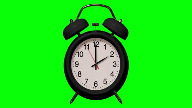 altmodische schwarze wecker klingelt bei 2 o'clock auf chroma key hintergrund - 10 seconds or greater stock-videos und b-roll-filmmaterial