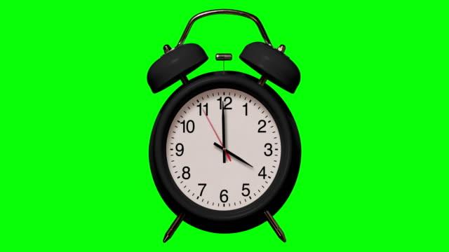 vídeos y material grabado en eventos de stock de anillos de reloj despertador negro antiguo a las 4 o'clock en el fondo de chroma key - 10 seconds or greater