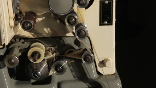 old fashioned proiettore cinematografico - rotolare video stock e b–roll