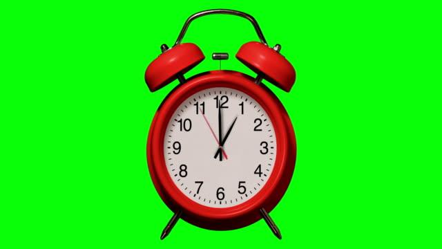 vidéos et rushes de le réveil rouge démodé sonne à 1 o'clock sur le fond de clé de chroma - reprise des cours