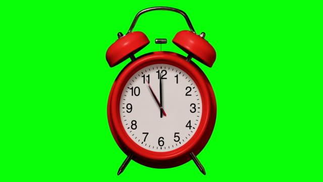 altmodische rote wecker klingelt um 11 uhr auf weißem hintergrund - 10 seconds or greater stock-videos und b-roll-filmmaterial