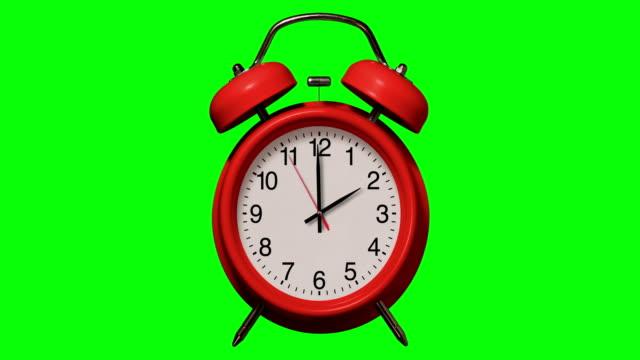 vídeos y material grabado en eventos de stock de anillos de reloj de alarma rojos antiguos a las 2 o'clock en el fondo de chroma key - 10 seconds or greater