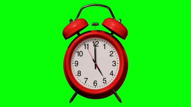 vídeos y material grabado en eventos de stock de anillos de reloj de alarma rojos antiguos a las 5 o'clock en el fondo de chroma key - 10 seconds or greater