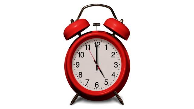 vídeos de stock, filmes e b-roll de o despertador vermelho antiquado soa em 5 horas no fundo branco - 10 seconds or greater
